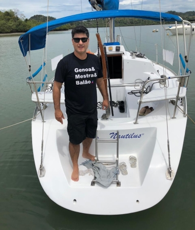 Comandante Rogério estreando a camiseta e o veleiro Nautilus!